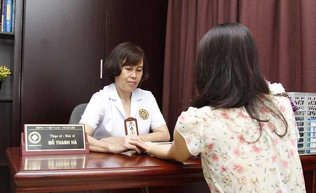 BS Phụ khoa Đỗ Thanh Hà khám cho người bệnh