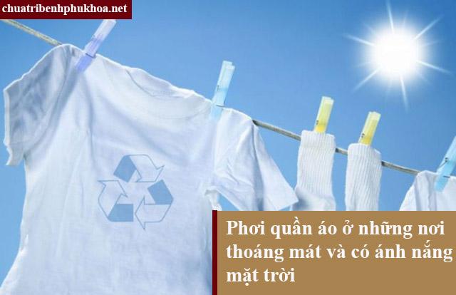 Người bệnh nhiễm nấm candida âm đạo phơi quần áo dưới nắng