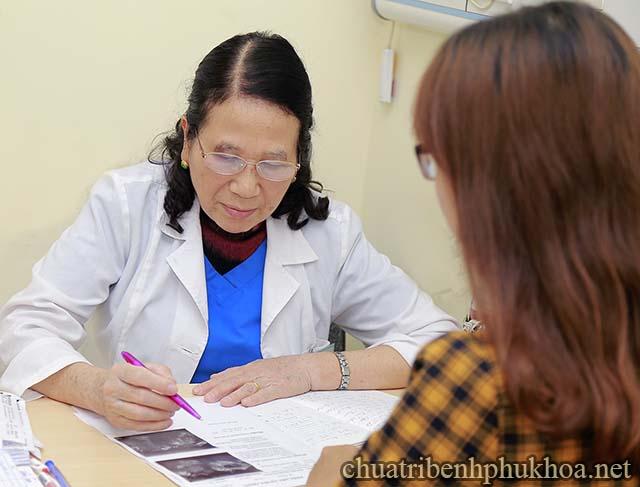Khi đi khám viêm phụ khoa chị em cần trả lời một số câu hỏi của bác sĩ