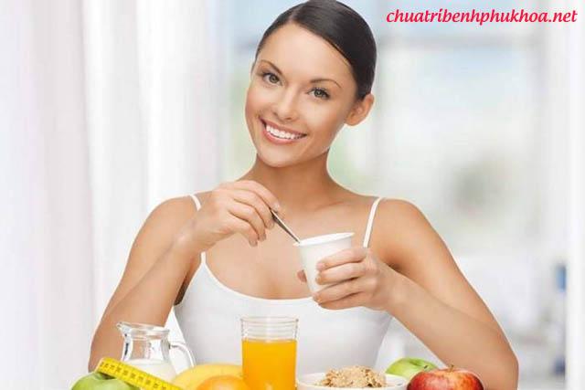 Chị em nên ăn nhiều sữa chua và trái cây khi có dấu hiệu nấm âm đạo