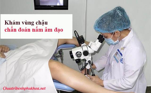 Bác sĩ khám chẩn đoán triệu chứng nấm âm đạo