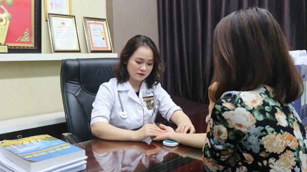 BS Hằng trực tiếp thăm khám và tư vấn hướng giải quyết bệnh cho chị em